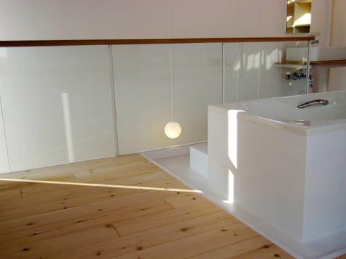 シナの木と白い家: 高橋真紀建築設計事務所が手掛けた浴室です。