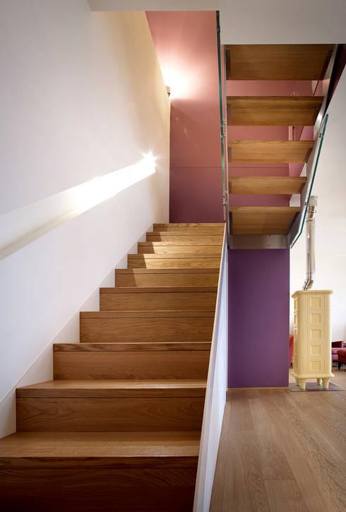 le nuove scale di collegamento con il sottotetto: Ingresso, Corridoio & Scale in stile in stile Moderno di Barbara D'Agaro architetto