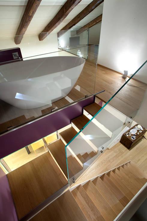 vano scale: Ingresso & Corridoio in stile  di Barbara D'Agaro architetto