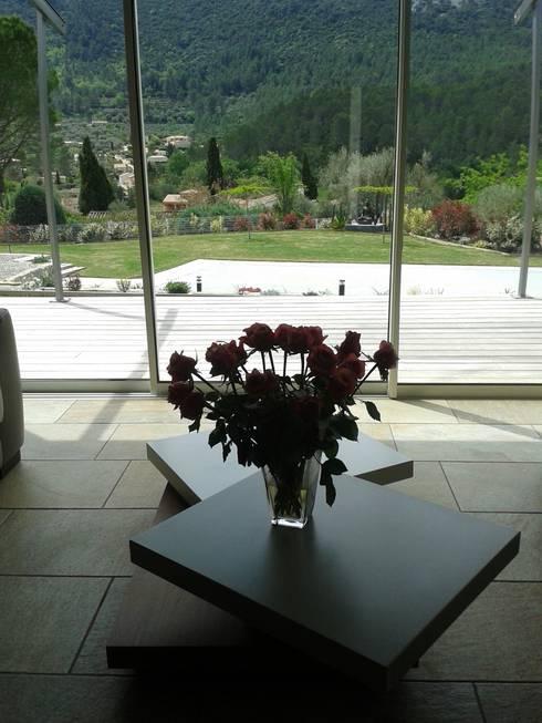 villa neuve dans la colline: Fenêtres de style  par agence d'architecture nadia poss