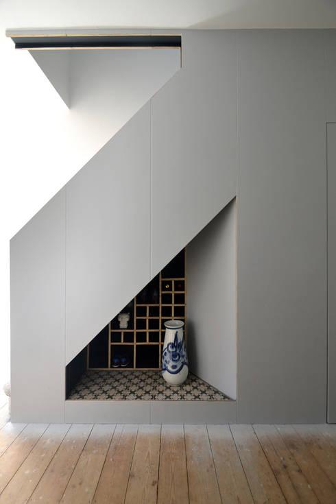 Couloir, entrée, escaliers de style  par Selencky///Parsons