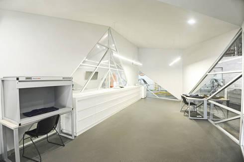 Dickies Showroom: Laboratorio : Oficinas y tiendas de estilo  por TAAV Arquitectos