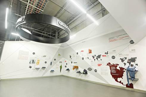 Dickies Showroom: Galeria  : Oficinas y tiendas de estilo  por TAAV Arquitectos