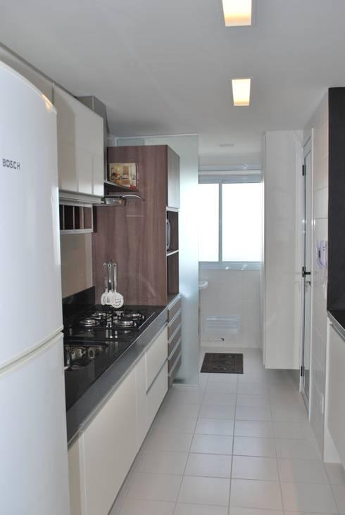 Apartamento .AC: Cozinhas modernas por Amis Arquitetura & Design