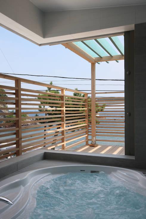 真鶴夏の家: TAMAI ATELIERが手掛けた浴室です。