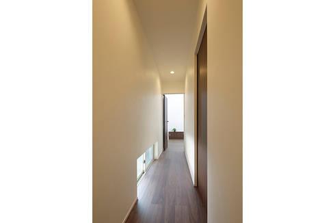 ロの字の家 廊下: 腰越耕太建築設計事務所が手掛けた廊下 & 玄関です。