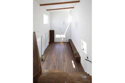 ロの字の家 リビング2: 腰越耕太建築設計事務所が手掛けたリビングです。