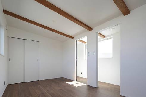 ロの字の家 子供室: 腰越耕太建築設計事務所が手掛けた子供部屋です。