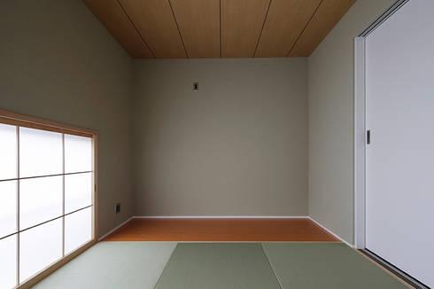 ロの字の家 和室: 腰越耕太建築設計事務所が手掛けた和室です。