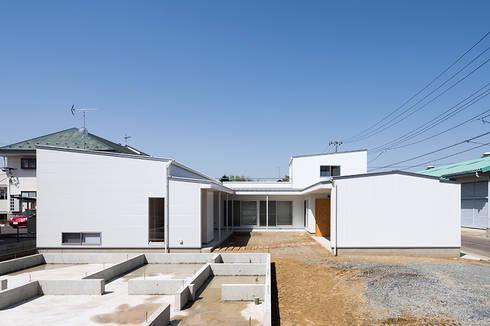 コの字の家 中庭: 腰越耕太建築設計事務所が手掛けた庭です。