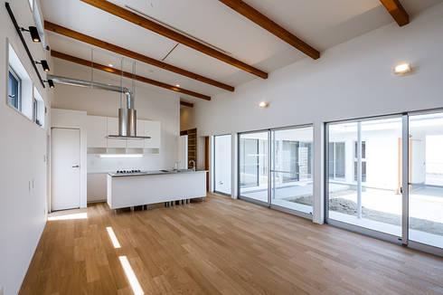 コの字の家 ダイニングキッチン: 腰越耕太建築設計事務所が手掛けたダイニングです。
