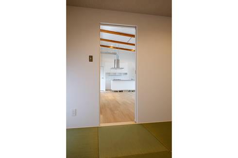 コの字の家 和室2: 腰越耕太建築設計事務所が手掛けた和室です。