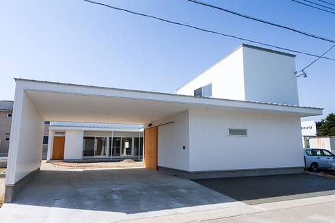 コの字の家 外観: 腰越耕太建築設計事務所が手掛けた家です。