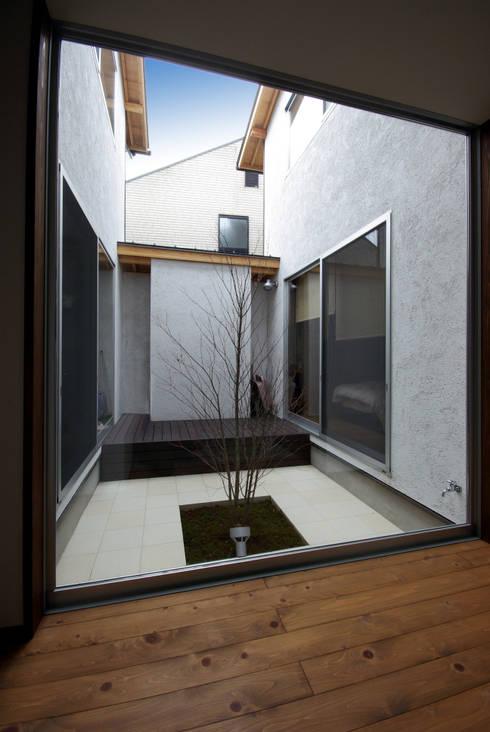 輝国の家: アトリエ イデ 一級建築士事務所が手掛けた庭です。
