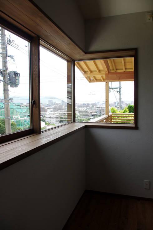 輝国の家: アトリエ イデ 一級建築士事務所が手掛けた窓です。