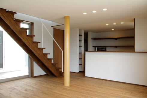 輝国の家: アトリエ イデ 一級建築士事務所が手掛けたリビングです。