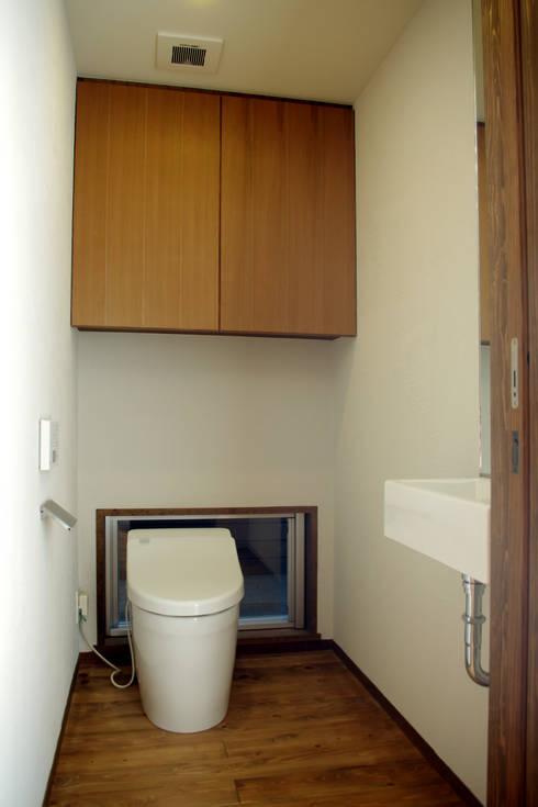 輝国の家: アトリエ イデ 一級建築士事務所が手掛けた浴室です。