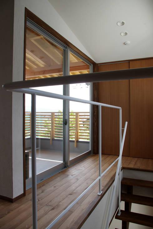 輝国の家: アトリエ イデ 一級建築士事務所が手掛けた廊下 & 玄関です。