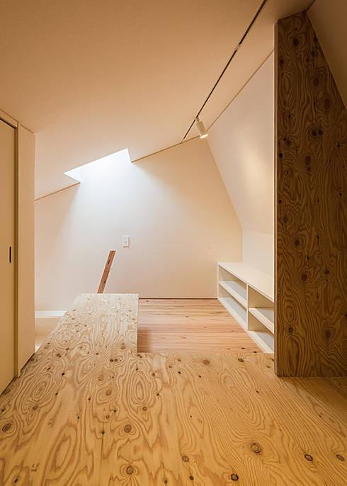 ロフト(寝室): 河合建築デザイン事務所が手掛けた和室です。