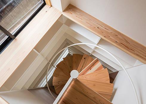 螺旋階段: 河合建築デザイン事務所が手掛けた廊下 & 玄関です。