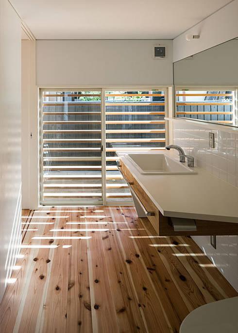 洗面・脱衣・洗濯・便所: 河合建築デザイン事務所が手掛けた浴室です。