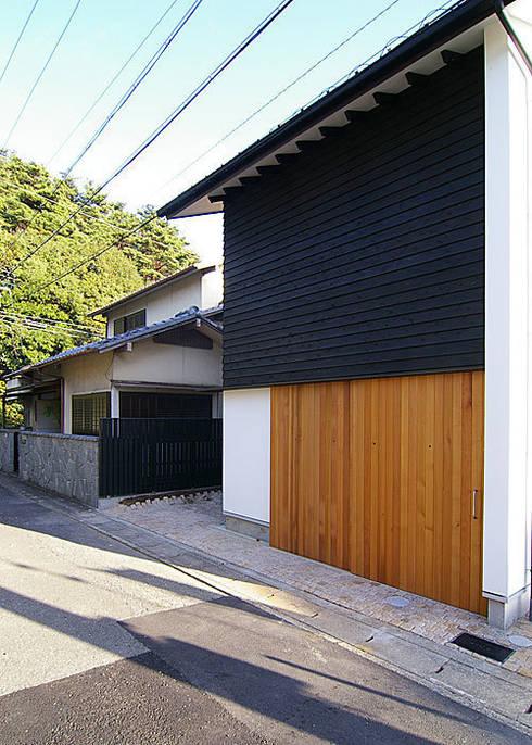 近くの山並みと北側外観: 河合建築デザイン事務所が手掛けた家です。