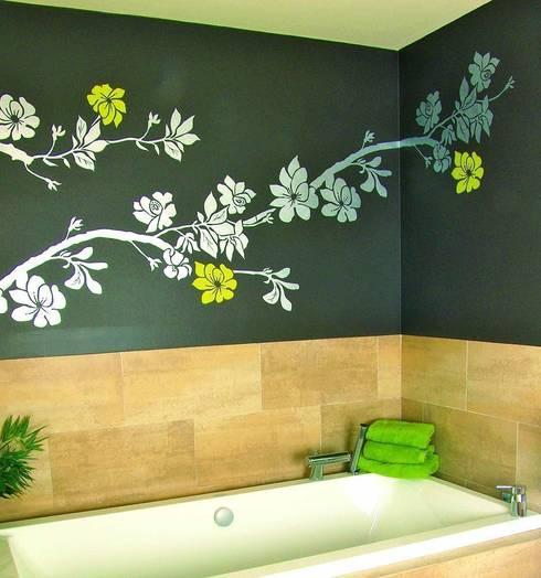 Rama de flores: Baños de estilo  de Murales Divinos