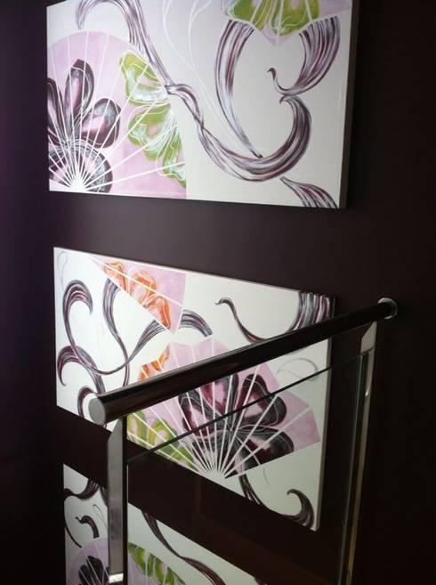Trítpico de abanicos en escalera: Pasillos y vestíbulos de estilo  de Murales Divinos