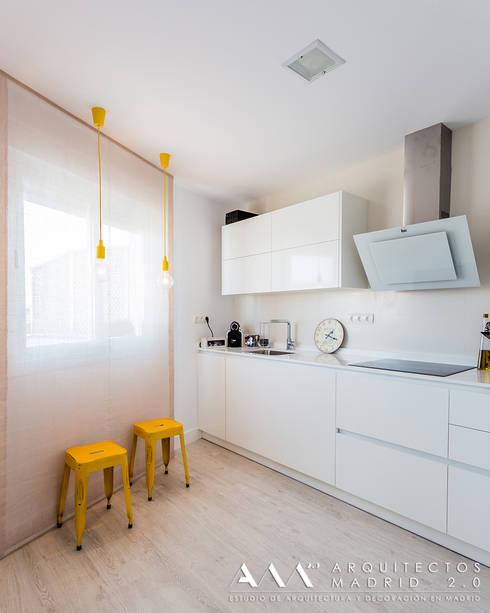 cocina moderna minimalista: Cocinas de estilo moderno de Arquitectos Madrid 2.0