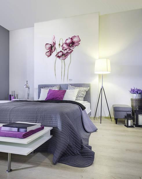 Flores violetas: Dormitorios de estilo moderno de Murales Divinos