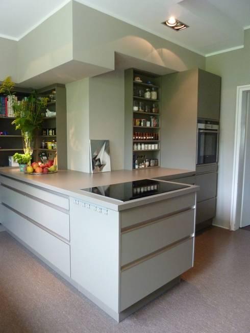 Villa V: minimalistische Küche von Villa V