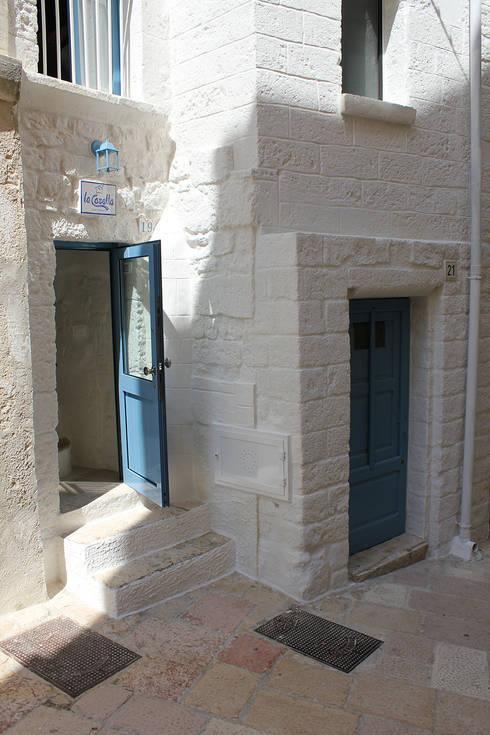 La casetta - casa vacanze: Case in stile in stile Mediterraneo di INARCHlab