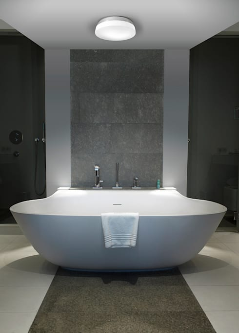 DEC: Baños de estilo minimalista de LEDS-C4