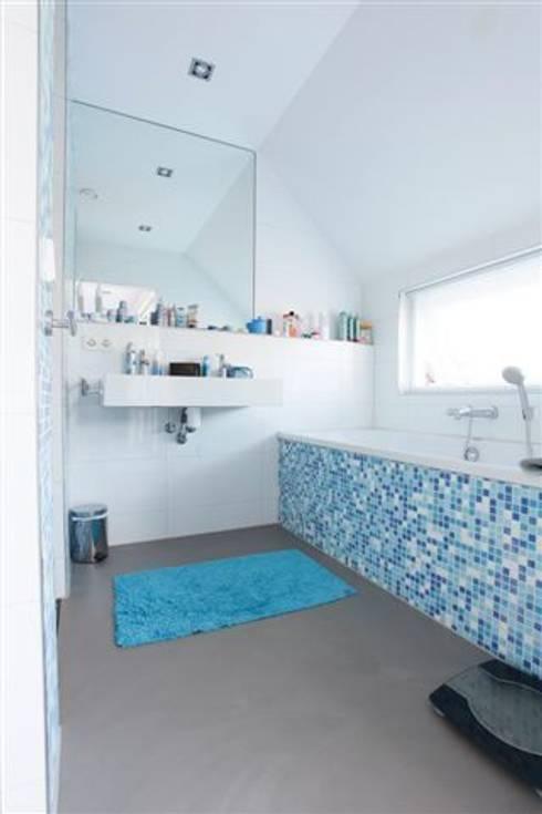 Betonlook gietvloer in badkamer: landelijke Badkamer door Motion Gietvloeren