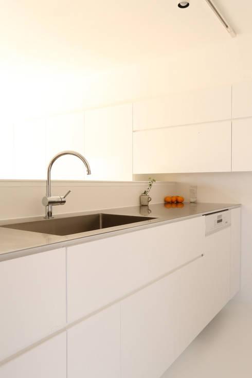 足利のリノベーション キッチン: 鈴木隆之建築設計事務所が手掛けたキッチンです。