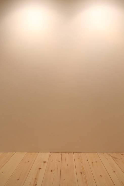 足利のリノベーション 壁: 鈴木隆之建築設計事務所が手掛けた和室です。