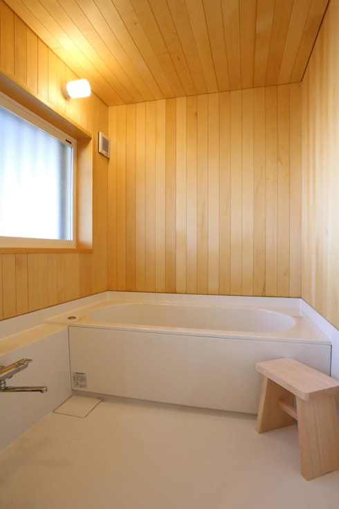 足利のリノベーション 浴室: 鈴木隆之建築設計事務所が手掛けた浴室です。