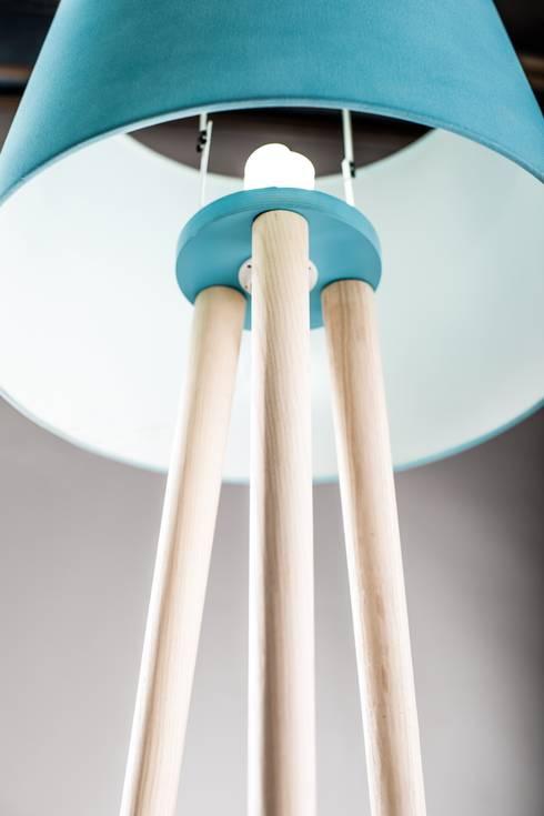 tree legs: Soggiorno in stile in stile Minimalista di antoniolaidesign