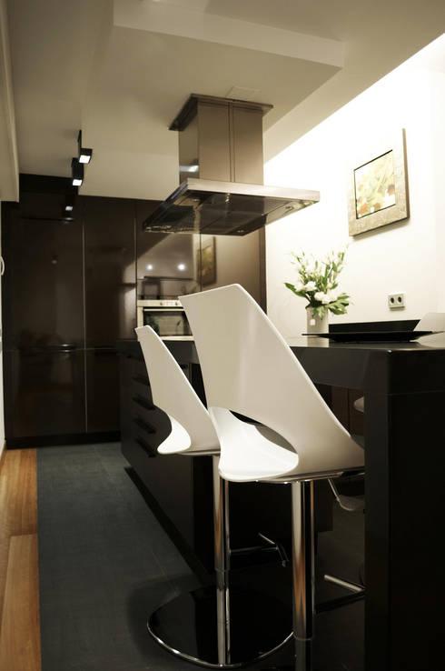 Reforma integral de piso: Cocinas de estilo moderno de Intra Arquitectos
