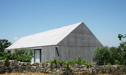 Casa P+M: Casas minimalistas por Artspazios, arquitectos e designers
