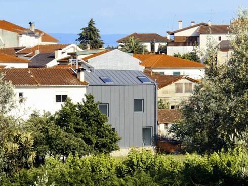 Casa I+A: Casas minimalistas por Artspazios, arquitectos e designers