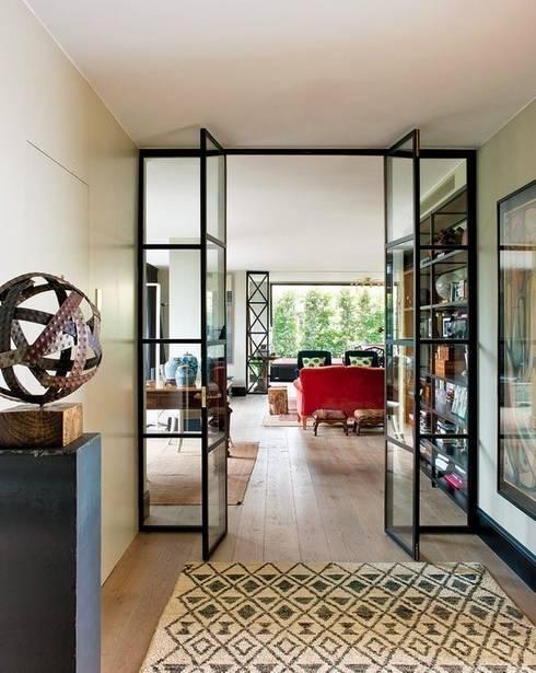 EL CIELO INMOBILIARIO: Vestíbulos, pasillos y escaleras de estilo  de LUZIO