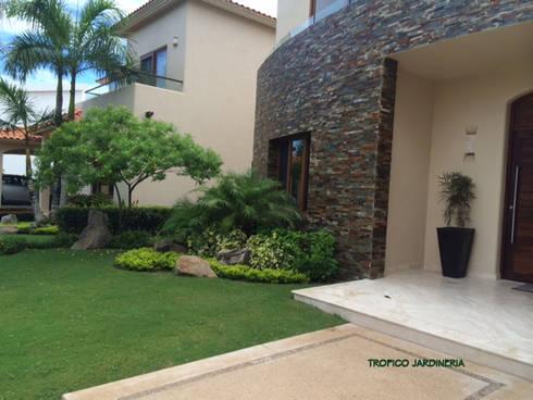 Jardines en campo de golf: Jardines de estilo moderno por Tropico Jardineria