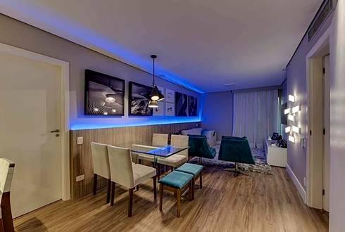 Iluminação destaca projeto moderno de flat na capital paulista: Salas de jantar modernas por Guido Iluminação e Design