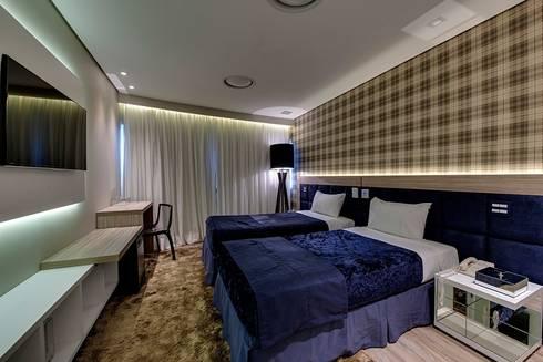 Iluminação destaca projeto moderno de flat na capital paulista: Quartos  por Guido Iluminação e Design
