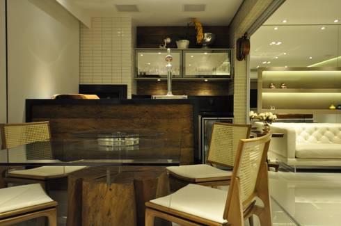 Apartamento rústico com toque moderno oferece conforto à recém-casados: Salas de jantar modernas por Guido Iluminação e Design