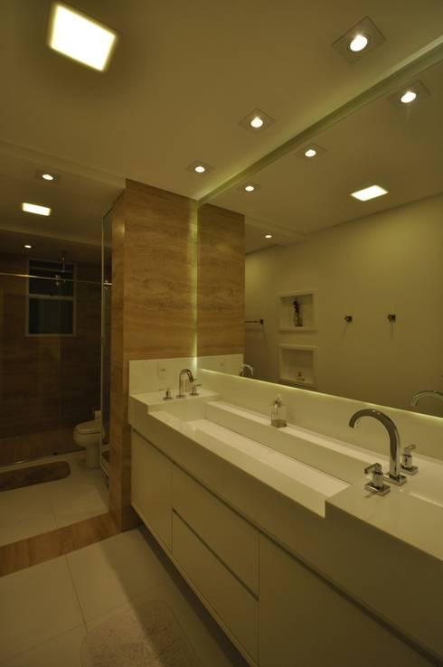 Apartamento rústico com toque moderno oferece conforto à recém-casados: Banheiros modernos por Guido Iluminação e Design
