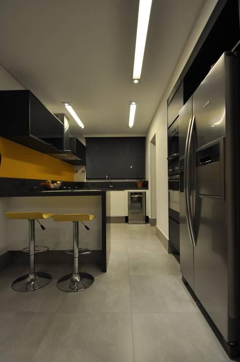 Apartamento rústico com toque moderno oferece conforto à recém-casados: Cozinhas modernas por Guido Iluminação e Design