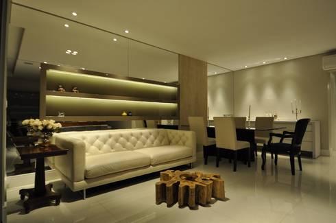 Apartamento rústico com toque moderno oferece conforto à recém-casados: Salas de estar modernas por Guido Iluminação e Design