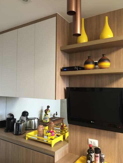 Cozinha charmosa: Cozinha  por  Adriana Fiali e Rose Corsini - FICODesign